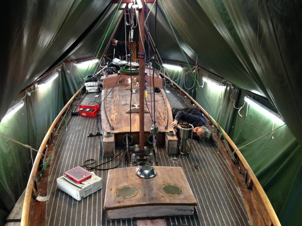 segelbåt under täckning