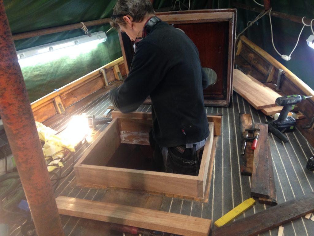 Passa träbitar renovering av förpikslucka